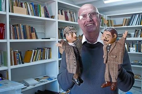 Mostrant la seva obra 8 El col·leccionista Joan Proubasta amb dos titelles de Holmes i Watson, divendres, a la Biblioteca Pública Arús.