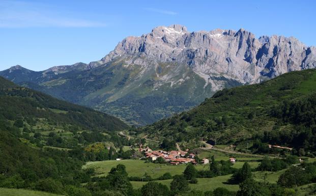 Caldevilla de Valdeón al fondo Picos de Europa./Eduardo Margareto