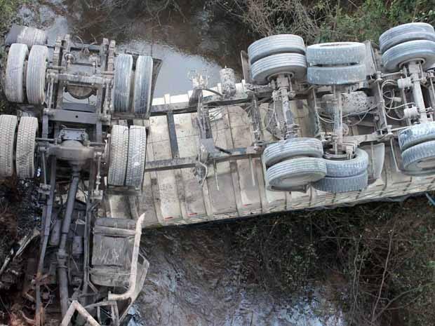 Carreta caiu na ponte do Rio Furnas (Foto: Priscila Aparecida Silva/ Jornal Panorama)