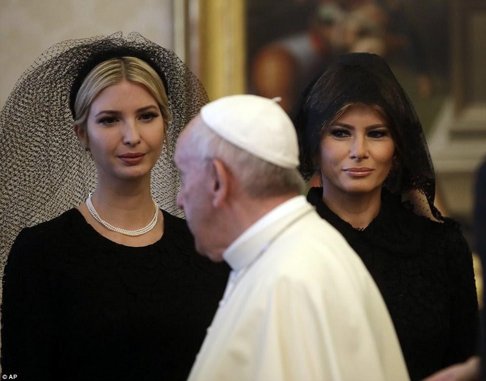 Primeira-dama Melania Trump ea filha do presidente, Ivanka, viajaram para o Vaticano na quarta-feira com Donald Trump, que estava se encontrando com o Papa para uma de suas conversas mais destacadas