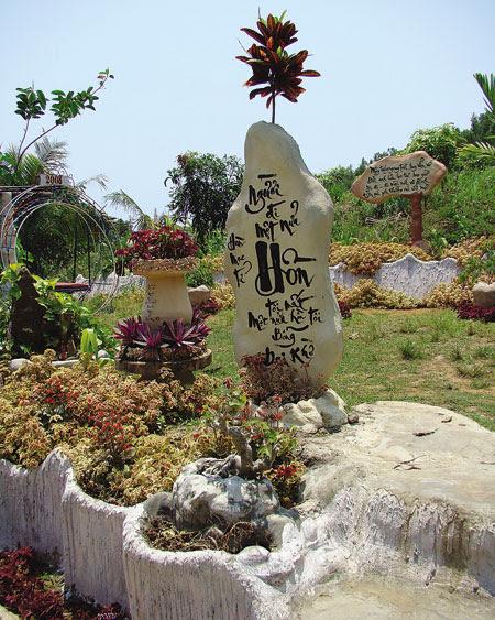 Đài tưởng niệm Hàn Mạc Tử ở khu mộ cũ