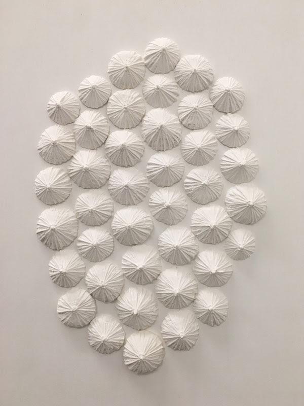 Cécile Hug, Nuage de ciguë, 2019. Plâtre sur bois, 30x40 cm. Photo Clara Pagnussatt