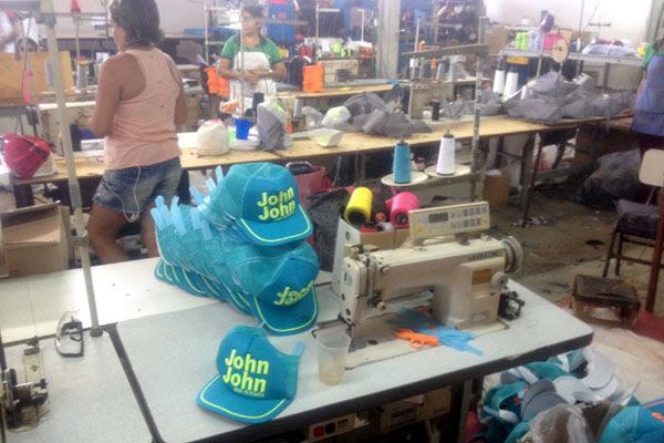 Nos locais eram produzidos e comercializados produtos falsificados das marcas New Era, Polo Ralph Lauren, Dudalina e John John