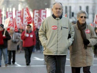 Dos pensionistas participan en una movilización sindical.