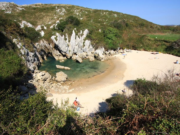A praia de Gulpiyuri fica no meio do campo, a 100 metros da costa (Foto: Arturo/Creative Commons)