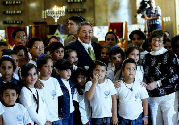Raúl comparte con los niños presentes en la Fiesta de Jánuca