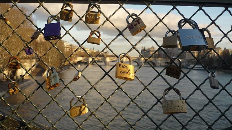 Fichier: Cadenas des amoureux sur le pont des Arts.jpg