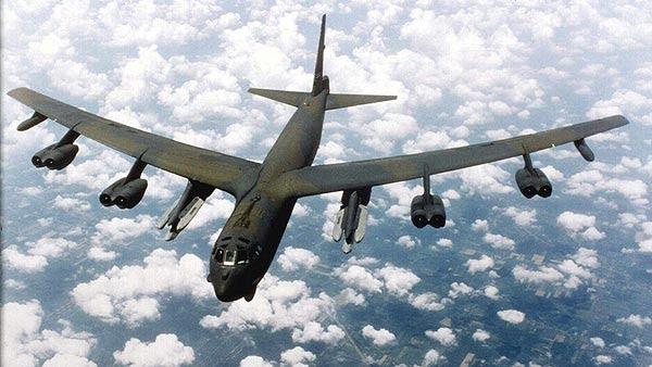 Fotografía de archivo del 1 de septiembre 1997 que muestra un bombardero estadounidense B-52 Stratofortress en vuelo