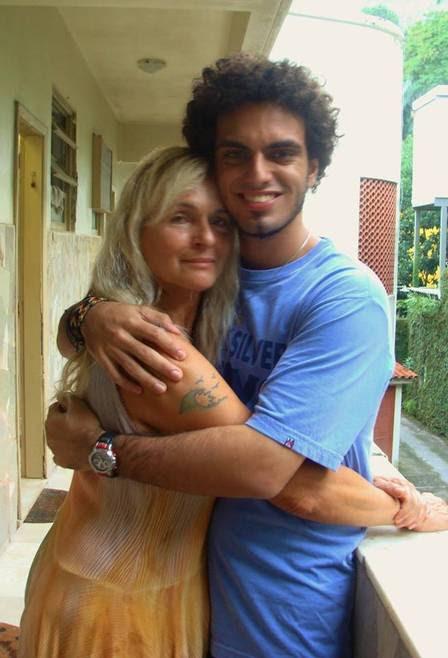 A atriz Brita Brazil com o filho, Rian