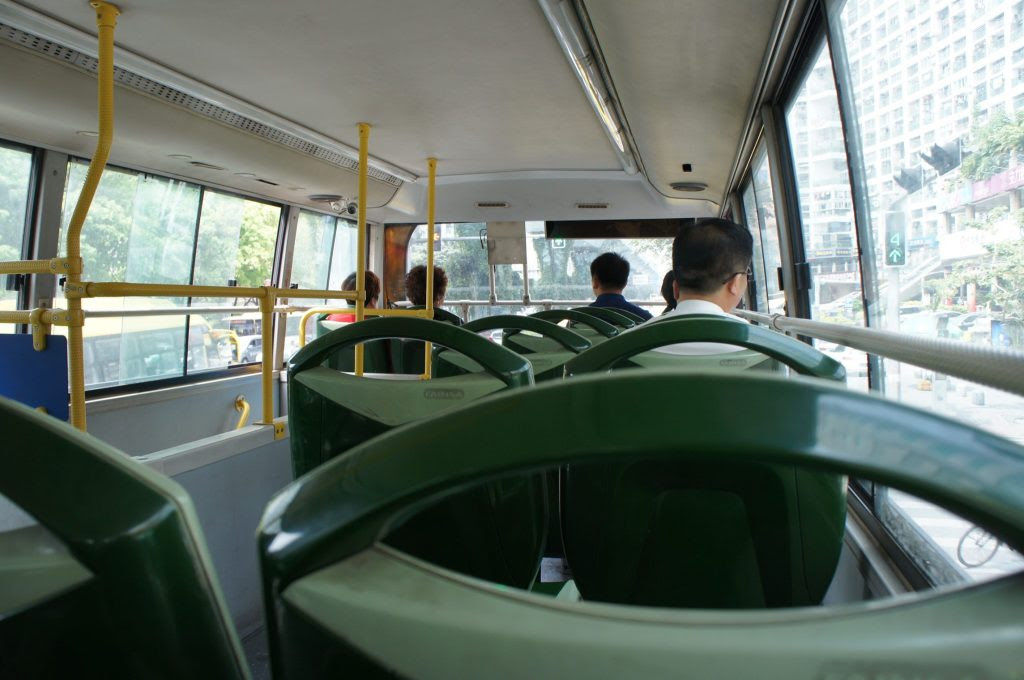 バスで国際郵輪碼頭へ