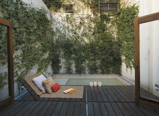 Decoracion un patio interno con deck pileta y parrilla blog y arquitectura - Decoracion de patios pequenos ...