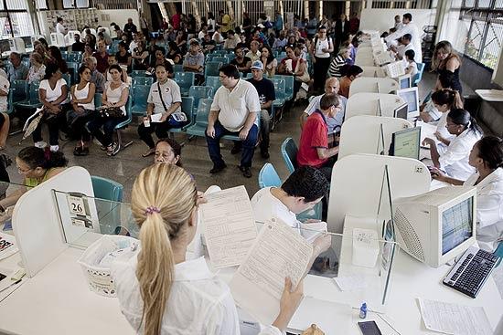 Pacientes retiram remédio de alto custo na farmácia do SUS em AME do Belenzinho, na zona leste de São Paulo