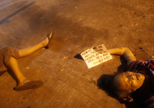 CRIMINALS KILLING CRIMINALS? This photo shows a placard reading 'Do not follow me, I am a drug pusher and my house is a drug den,' next to victims who were shot dead by unidentified gunmen in Manila on July 28, 2016. Photo from EPA
