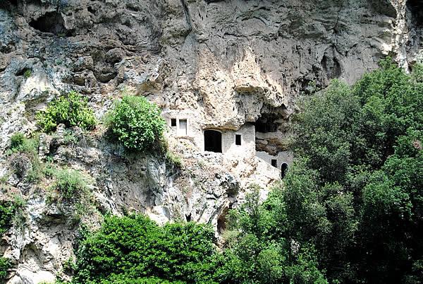 52. Le grotte di s. Benedetto a s. Cosimato nel 2011 (Scialanca).