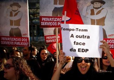 """Protesto contra a privatização, à porta da assembleia geral de acionistas da EDP. """"É mesmo necessário o aumento dos salários. A nossa energia é o vosso lucro"""", gritaram as trabalhadoras da Tempo Team, 20 de fevereiro de 2012 – Foto de José Sena Goulão/Lusa"""