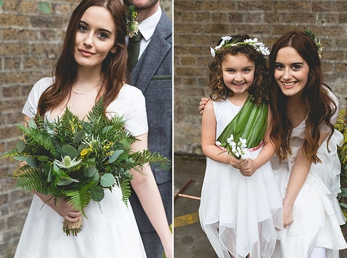 Die Blume Mädchen schaukelte ein weißes Kleid mit einem grünen und einem floral Krone für einen niedlichen look
