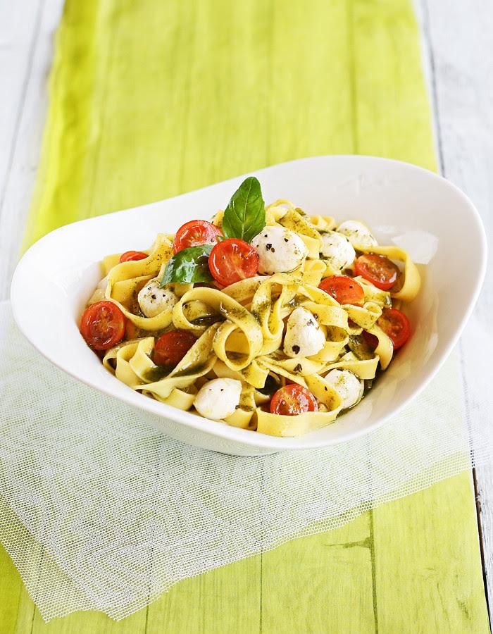 pasta fresca con tomatitos, mozzarella y aceite de albahaca