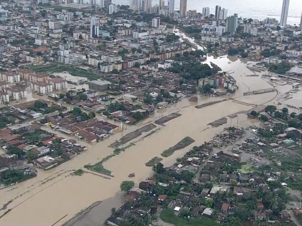 Imagens aéreas mostram o transbordamento do Canal do Fragoso, em Olinda, em maio de 2016 (Foto: Reprodução / TV Globo)