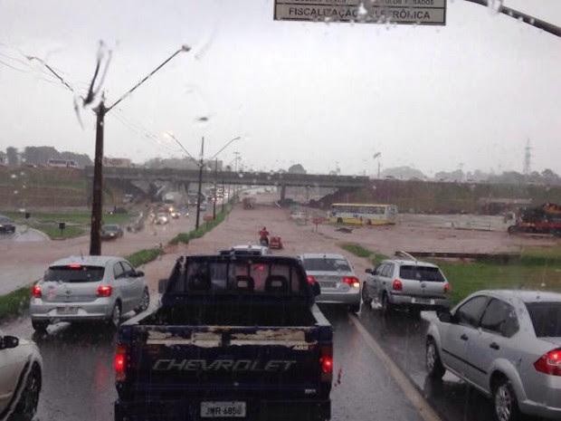 Apesar do grande volume de água, rodovia não foi interditada pela PRF. (Foto: Samara Rosenberger/Bonde)