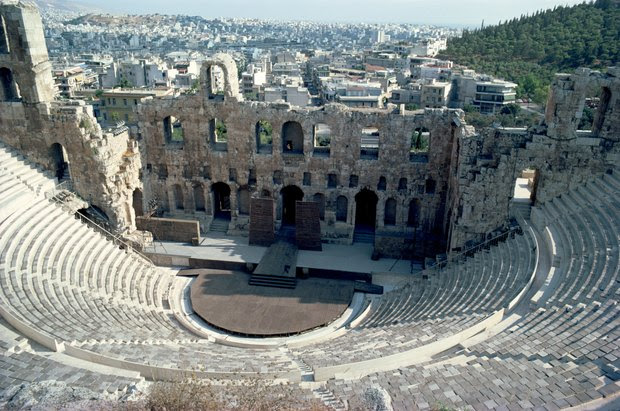 Que tipo de cenário era usado no teatro grego antigo?