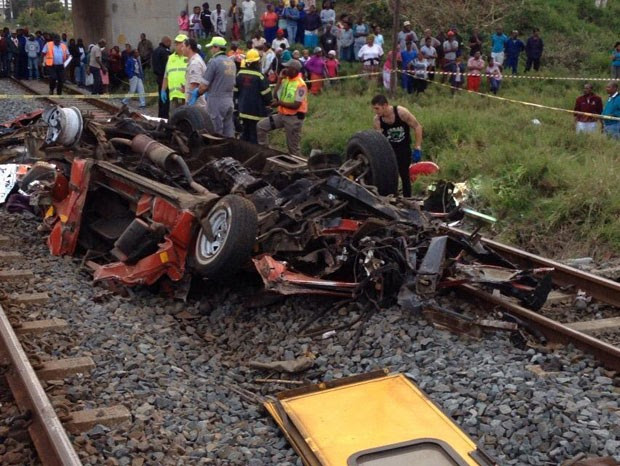 Minivan caiu sobre trilhos e foi atingida por trem na África do Sul (Foto: Reprodução/Twitter/Netcare911_sa)