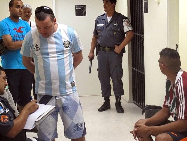 Torcedores detidos no Engenhão, Vasco x Fluminense (Foto: André Casado / Globoesporte.com)