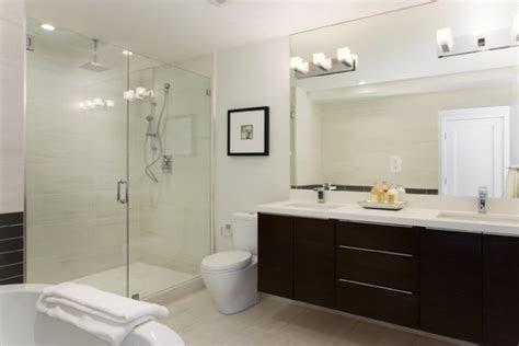 la salle de bains spa moderne se blanchisse