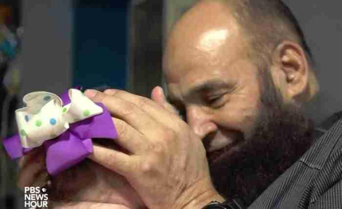 Παιδιά χωρίς γονείς πεθαίνουν στην αγκαλιά αυτού του υπέροχου άνδρα