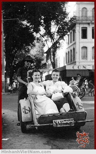 """Hai bà """"đầm"""" trên một xe xích-lô máybiến cải từ xe Triporteur Peugeot 54 TN"""