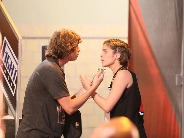 Pedro também tem medo que Karina se machuque (Foto: Isabella Pinheiro)