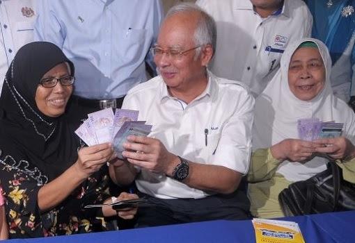 Najib Gives Cash Money To Village Folks
