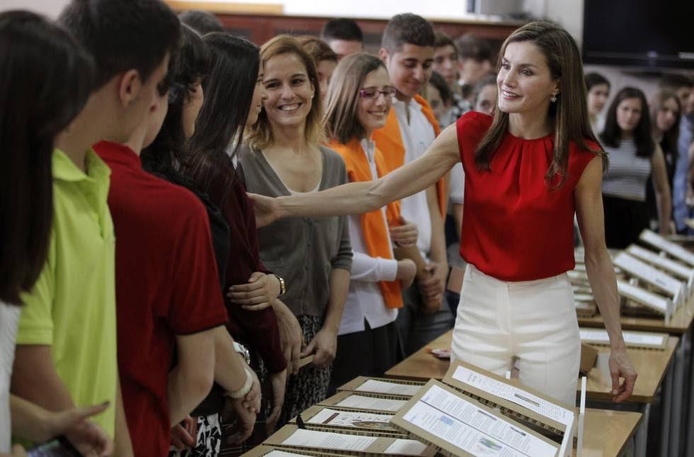 La reina Letizia, en un encuentro con alumnos y profesores en Avilés.