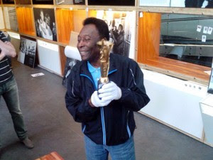 Pelé visita museu em Santos, ergue a Jules Rimet e pede: 'Traz a taça, Neymar' (Foto: Fábio Pires/G1)