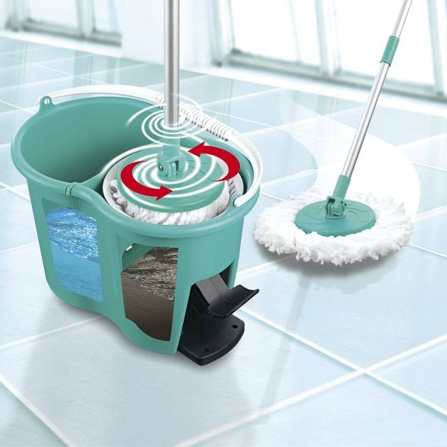 Seau et balai pour laver le sol - Lavage tapis maison ...