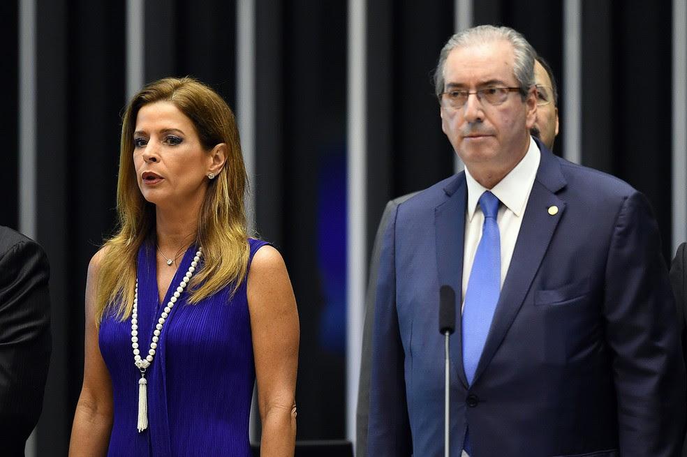 Claudia Cruz, mulher do então presidente da Câmara dos Deputados Eduardo Cunha, ao lado dele durante cerimônia no Congresso em novembro de 2015 (Foto: Evaristo Sá/AFP/Arquivo)