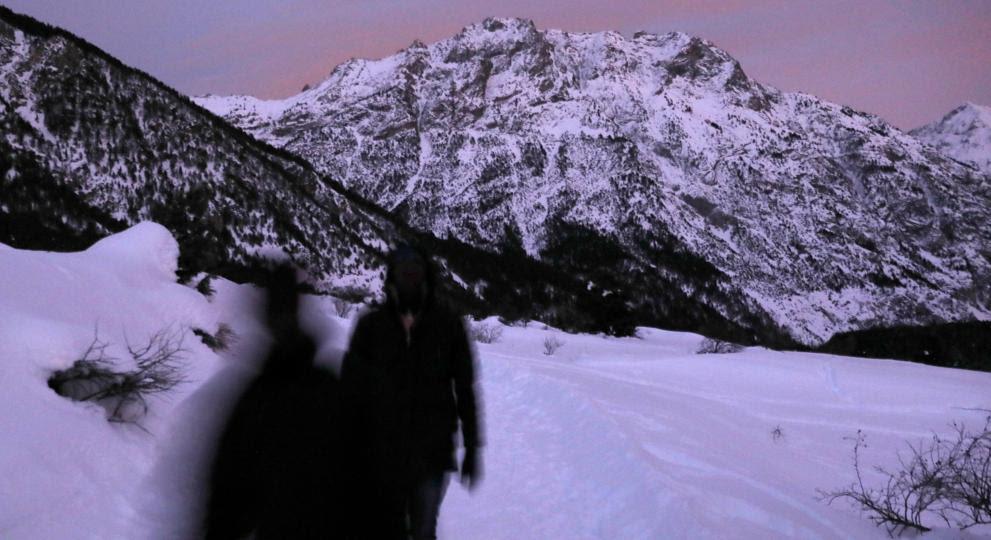 Inmigrantes y refugiados cruzan por los Alpes en busca de un futuro mejor