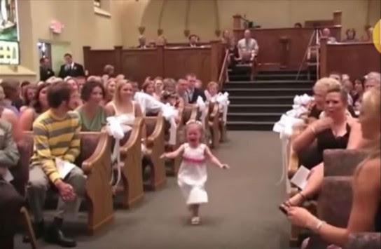 Το παρανυφάκι έτρεχε κλαίγοντας μέσα στην εκκλησία - Όλοι ξέσπασαν μετά σε γέλια όταν είδαν τι ερχόταν από πίσω!