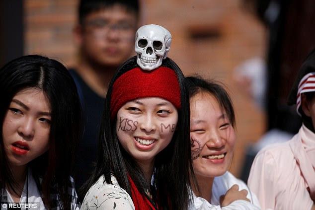 Fã seguinte: A multidão vestida para impressionar para a estreia mundial brilhante