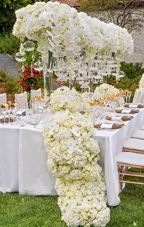11 Beautiful Floral Table Runners for Your Wedding