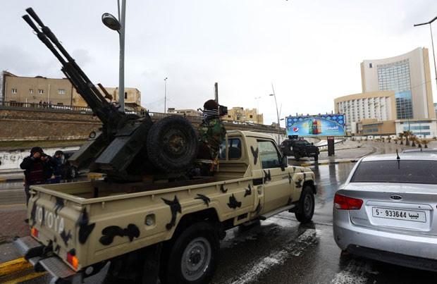 Forças de segurança líbias cercam hotel invadido por jihadistas do Estado Islâmico nesta terça-feira (27) em Tripoli (Foto: Mahmud Turkia/AFP)