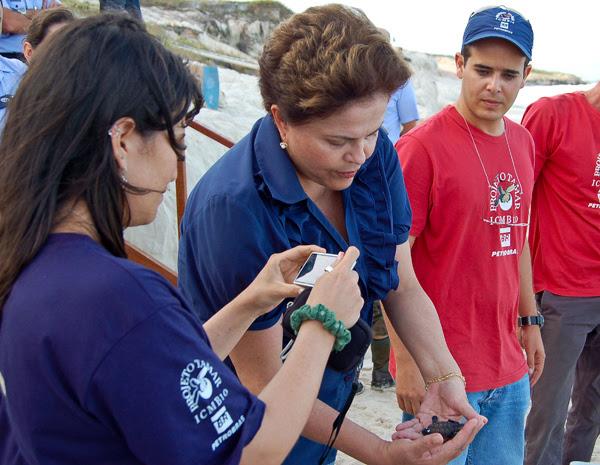Presidente Dilma participa da soltura de tartarugas no Rio Grande do Norte. (Foto: Marcelo Garrido/Agência Força Aérea)