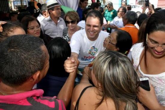 Prefeito Edivaldo é recebido com entusiasmo na Vila Embratel