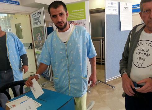A patient votes at Soroka Medical Center in Be'er Sheva (Photo: Soroka Spokesman)
