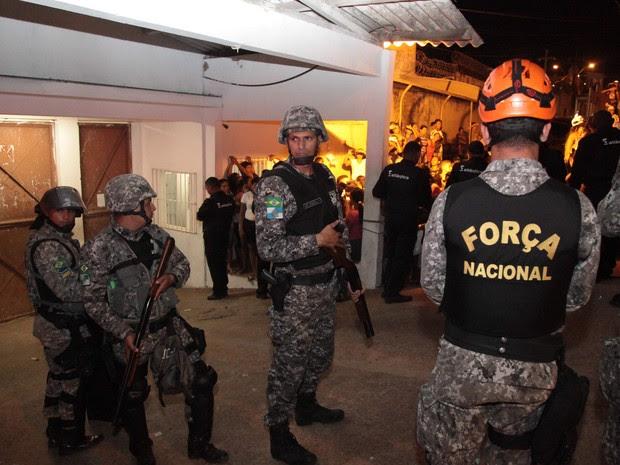 Agentes da Força Nacional trabalham na transferência de presos da CCPJ do Anil (Foto: Douglas Júnior/O Estado)