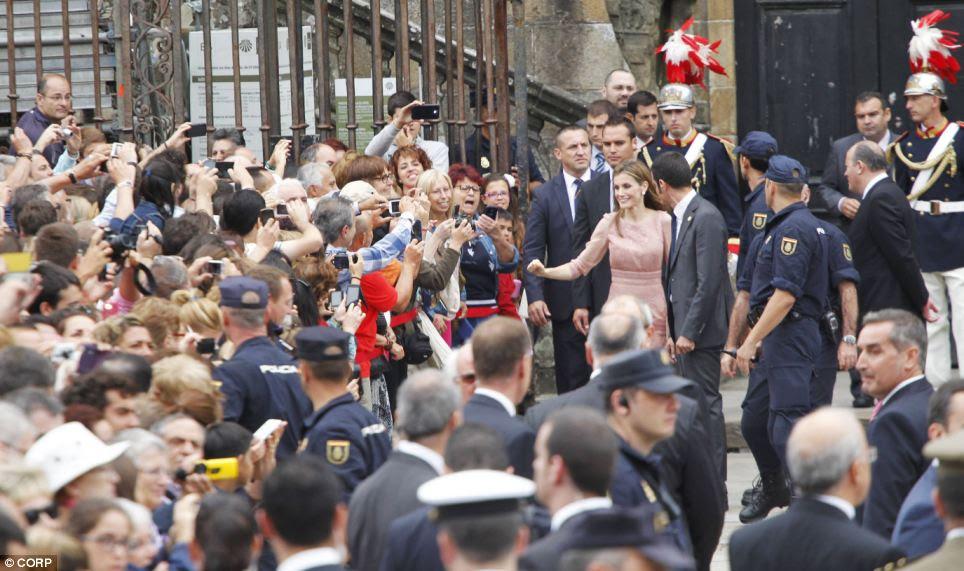 O acidente, que foi capturado em vídeo, foi o pior desastre ferroviário da Espanha em 40 anos.  Muitos dos passageiros foram disse estar viajando para a festa celebrando St James - a mesma cerimônia que foi marcada ontem