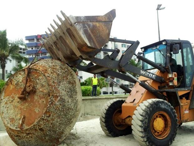 Máquina tenta remover objeto misterioso de praia no litoral de SP (Foto: Andressa Amorim / G1)