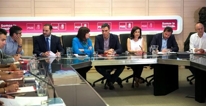 El secretario general del PSOE, Pedro Sánchez, la presidenta, Cristina Narbona, el secretario de Organización, José Luis Ábalos, la portavoz parlametnaria, Margarita Robles, el portavoz de la Ejecutiva, Óscar Puente y el secretario de Política Federal del