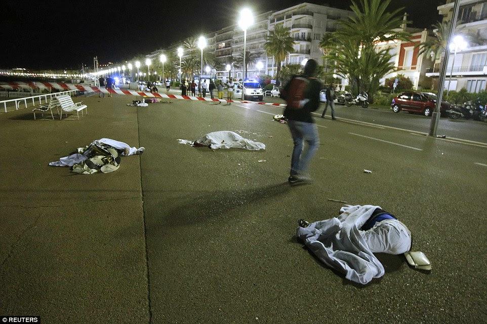 Ataque: Tiros ecoaram nas ruas, com atiradores supostamente alvo hotéis e cafés na cidade portuária com moradores avisados para se trancam dentro