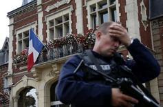 Un poliziotto francese oggi di guardia davanti a Saint-Etienne-du -Rouvray, in Normandia, dove un prete è stato ucciso in chiesa da due aggressori, a loro volta uccisi dalla polizia.   REUTERS/Pascal Rossignol