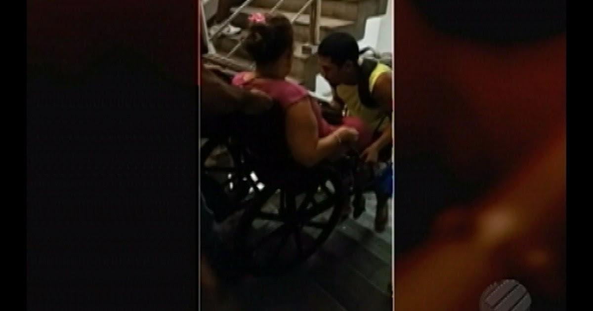 Resultado de imagem para Cadeirante é carregada para descer as escadas do Pórtico de Belém